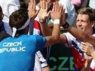 KONEČNĚ BOD. Jiří Veselý (vlevo) si plácá s Tomášem Berdychem po vítězném...