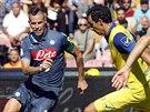 Marek Hamšík z Neapole (vlevo) se snaží prosadit v zápase proti Chievu Verona.