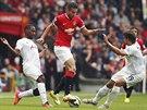 S LEHKOST�. Robin van Persie z Manchesteru United proch�z� s m��em mezi Davidem...