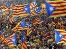 Ulice Barcelony zaplavily statisíce Katalánců demonstrujících za právo hlasovat...