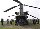 Vrtulníky americké armády přistály na louce u severopolské obce Gruta. (10....