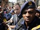 Oscar Pistorius opouští budovu nejvyššího soudu v jihoafrické Pretorii. (12....