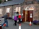Obyvatelé Lochcarronu přicházejí do volební místnosti odevzdat svůj hlas v...