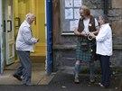 Obyvatelé obce Pitlochry přicházejí do volební místnosti odevzdat svůj hlas v...