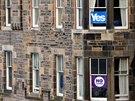 Okna domů ve skotském Edinburghu zdobí plakátky k referendu o nezávislosti...