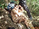 Pražští strážníci zadrželi mladého muže, který nahý onanoval na stromě v...
