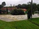 Rozvodn�n� Jevi�ovka zatopila i ��st obce Vev�ice (14. z��� 2014).