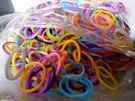 Celníci na pražském letišti zabavili 24 tun padělků gumičkových náramků Rainbow...