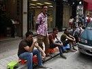 Fronta před obchodem prémiového prodejce Apple v Hongkongu dva dny před...
