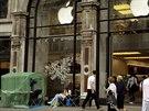 Před Apple Storem v centru Londýna čekali ve středu na zahájení prodeje jen tři...