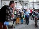 Za vypsání referenda demonstrovali ve středu 12. září v podvečer aktivisté,...