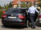 Hejtman Michal Hašek nasedá do auta, které má v přední masce zabudovaná...