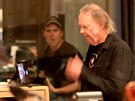 V nahrávacím studiu konzultoval Neil Young svou hudbu s Daryl Hannahovou...