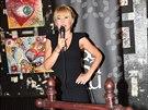 Kateřina Hrachovcová zahájila vernisáž svých děl v klubu SaSaZu.