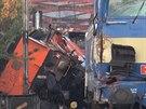Rychlík se v Praze srazil s pracovním strojem, ten vykolejil a visí z mostu.