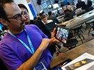 Intel Dell Venue 8 běží na procesoru Intel Atom s kódovým označením Moorefield. Pyšní se rekordně malou 6mm tloušťkou a fantastickým OLED displejem s 2K rozlišením.