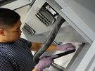 Při vyjímání sošek z práškové sádry pomáhá integrovaný vysavač.
