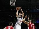 Francouzský basketbalista Joffrey Lauvergne střílí v semifinále MS proti