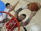 Srbský basketbalista Miroslav Raduljica smečuje v semifinále MS proti Francii.