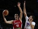 Srbský basketbalista Nikola Kalinič střílí v semifinále MS, brání ho Francouz