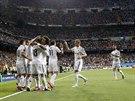 A JE TAM. Fotbalisté Realu Madrid se radují ze vstřeleného gólu v zápase Ligy...