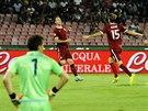 A JE TAM! Sparťanští fotbalisté se radují ze vstřeleného gólu. Proti Neapoli se...