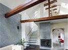 Obývací pokoj je otevřený až na galerii v podkroví. Vedou na ni schody ze
