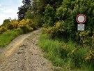 Od parkoviště na konci obce Kuníček je to k rozhledně asi kilometr.