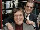 Richard Kiel se �sv�m� agentem Bondem, hereck�m kolegou Rogerem Moorem v ��jnu 2007 p�i p��le�itosti odhalen� Mooreovy hv�zdy na chodn�ku sl�vy v Hollywoodu.