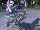 Vozíčkář Michal Vondráček kontroluje po složení svůj handbike, tedy tříkolku na...