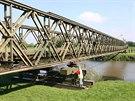 V Kojetíně právě probíhá třítýdenní výcvik provizorního přemostění řeky. Jedním...