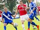 Pardubický fotbalista Radim Fikejz (v červeném) proniká obranou Frýdku-Místku.