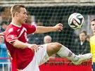 Pardubický fotbalista Jan Vondra (vpravo) krotí míč v utkání s Frýdkem-Místkem.