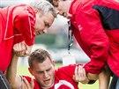 Pardubický fotbalista Radim Fikejz byl během utkání s Frýdkem-Místkem ošetřován.