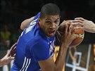 Francouzský basketbalista Nicolas Batum vniká do litevské obrany, brání Paulius...