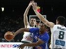 Francouzský basketbalista Boris Diaw (v modrém) po litevském zdvojení v podání...