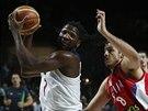 Americký basketbalista Kenneth Faried (vlevo) se uvolňuje k srbskému koši,...