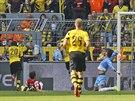 Adrian Ramos z Dortmundu (vlevo) se prosazuje v utkání proti Freiburgu.