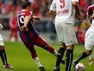 Mario Götze z Bayernu Mnichov skóruje proti Stuttgartu.