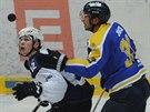 PADAJÍCÍ PUK. Momentka z utkání první hokejové ligy mezi Kladnem (vlevo) a...