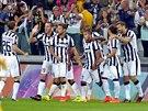 BRAVO, KLUKU. Hráči Juventusu oslavují trefu Carlose Téveze (uprostřed) proti...