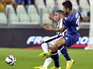 Panagiotis Kone z Udine (vpravo) nechce připustit, aby se útočník Juventusu...