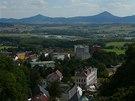Výhled z Komáří vížky nabízí zajímavé srovnání mezi průmyslovým Českem a