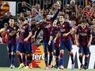 DÁME DALŠÍ? Fotbalisté Barcelony se radují z trefy mávajícího Gerarda Piquého.