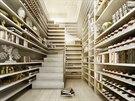 V bytě je také úložná místnost, jíž prochází schodiště ze spodního poschodí do...