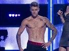 Justin Bieber se svlékl na pódiu. (New York, 9. září 2014)