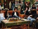 Jennifer Anistonová, Courteney Coxová, Matthew Perry a Matt LeBlanc ze seriálu Přátelé ve své oblíbené kavárně
