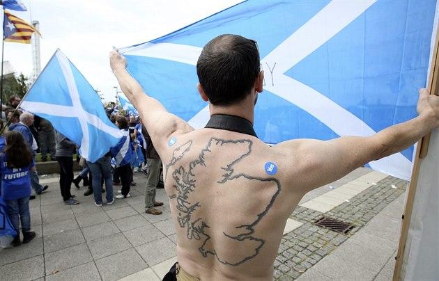 Demonstrace skotských nacionalist� p�ed budovou BBC v Glasgow (14. zá�í 2014)