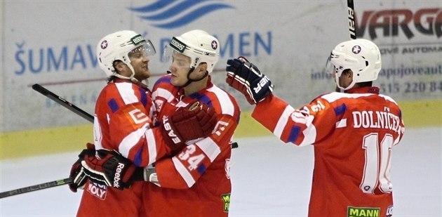 Hokejisté T�ebí�e slaví rozhodující branku proti Litom��icím.