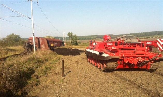 Speciální tank se pod dohledem hasi�� i pracovník� Správy �elezni�ní dopravní...